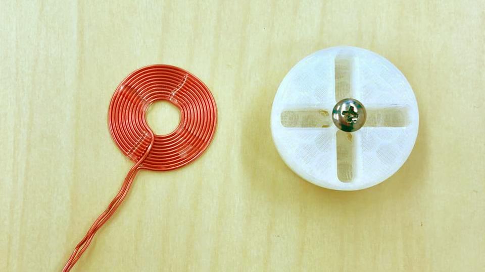 写真:コイルの完成品とコイル巻き機