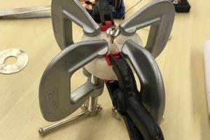写真:コイル巻き機をさらに上下クリップでとめる