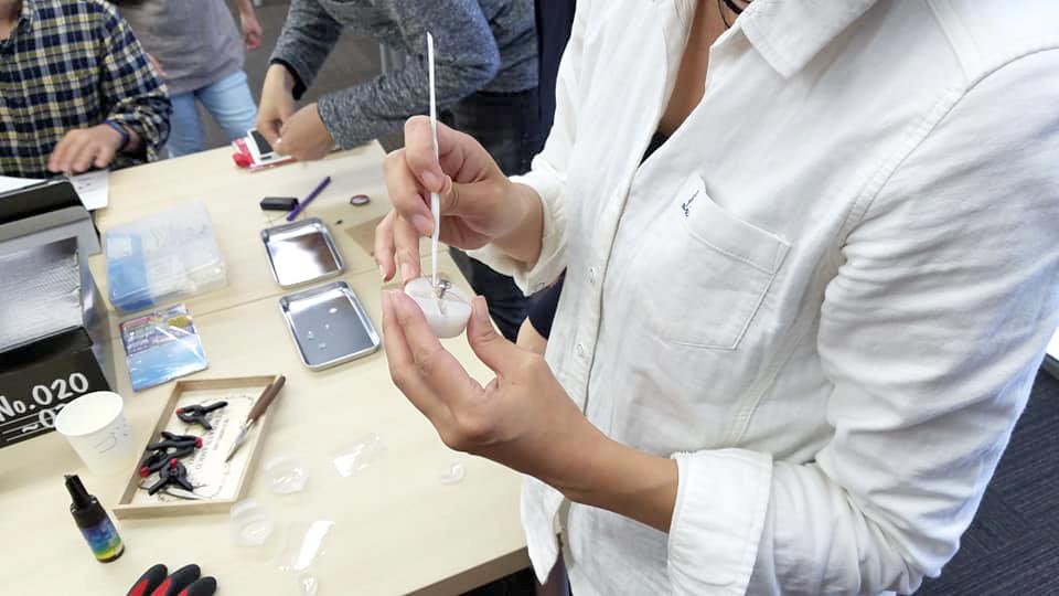 写真:コイルにレジンを塗っていきます